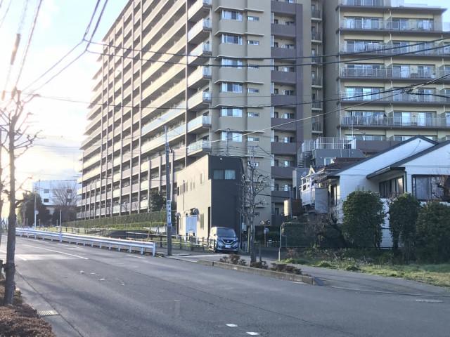 黒い建物を右折する